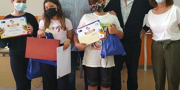 L'Alcalde de Pineda de Mar lliura el premi a la guanyadora del Concurs de Cartells Sense Fum
